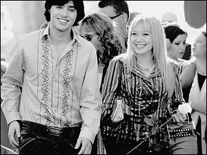 Lizzie McGuire (Hilary Duff) meets Italian pop star Paolo (Yani Gellman) in The Lizzie McGuire Movie.