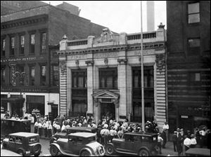 Depositors thronged outside the First National Bank building on Summit Street in downtown Toledo in 1931. The bank survived that year but failed in 1933 during the nationwide bank holiday.