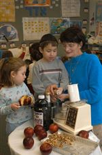 Youngsters-learn-to-prepare-Seder-meals