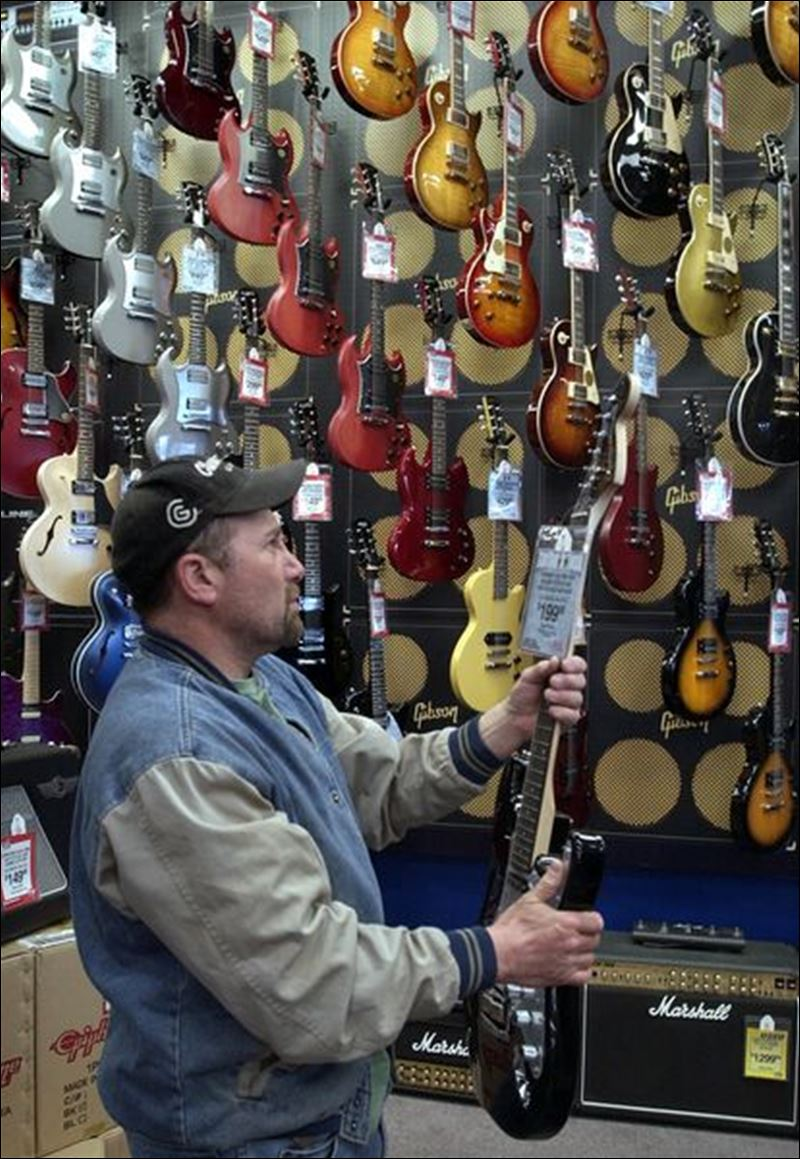 Guitar Center Toledo Ohio : stores at both ends of size spectrum hope for music of success in toledo toledo blade ~ Vivirlamusica.com Haus und Dekorationen