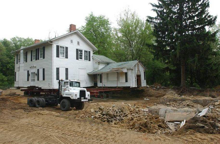 Lathrop-House-begins-move-off-foundation