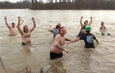 Hardy-crowd-takes-chilly-plunge-into-05-2