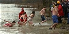 Hardy-crowd-takes-chilly-plunge-into-05