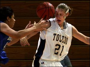 Toledo center Karin Hoogendam (21) knocks the ball away from Heather Turner in the second half last night for one of Buffalo's 25 turnovers. Hoogendam scored a game-high 23 points.