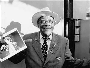 Hubert Sumlin holds a photo of Keith Richards, who is a featured artist on Sumlin s new CD.