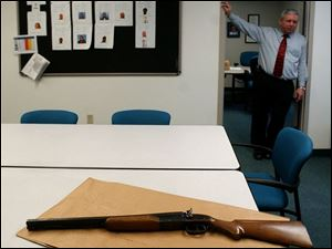 Toledo Police Capt. Ron Spann shows the 20-gauge, double-barreled shotgun that was used in the fatal shooting at DaimlerChrysler s Toledo North Assembly plant on Chrysler Drive.
