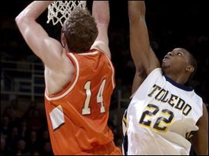 The Rockets' Keonta Howell blocks the shot of Bowling Green's John Reimold. Reimold scored 11 points, Howell 8.