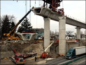ROV 280 bridge  Construction continues on the south bound Greenbelt entrance ramp to the new I280 bridge as a section of the ramp is lifted to be put onto place on the ramp Thursday 03/17/05 The Blade/Don Simmons