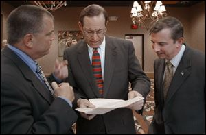 Tom Noe, with Gov. Bob Taft, and Republican National Committee Chairman Ed Gillespie at a 2004 fund-raiser, has given more than $11,000 in contributions to both Mr. Taft and U.S. Sen. George Voinovich, a former governor, over the last decade.