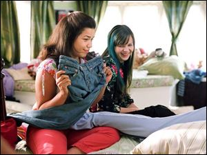 Carmen (America Ferrera), left, and Tibby (Amber Tamblyn)