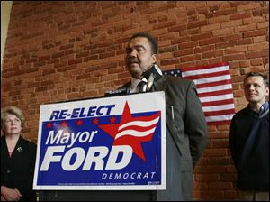 Mayor Jack Ford announces at campaign headquarters that he is not seeking the endorsement of Lucas County Democrats. Looking on are Karen Shanahan and Frank Szollosi.