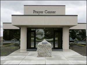 Dayspring Assembly of God in Bowling Green has dedicated its new prayer chapel, the design of which is based on the Lord s instructions to Moses, in Exodus, on how to build a tabernacle.