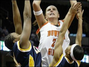 Bowling Green's Ali Mann shoots against Kent's La'Kia Stewart, left, and Malika Willoughby. Mann had 14 points and 7 rebounds.