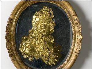 The cast glass medallion,