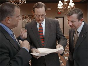 Fund-raiser Tom Noe, Gov. Bob Taft, and then-GOP National Chairman Ed Gillespie, from left, meet before the Lucas County GOP s Lincoln Day Dinner in Maumee in 2004.