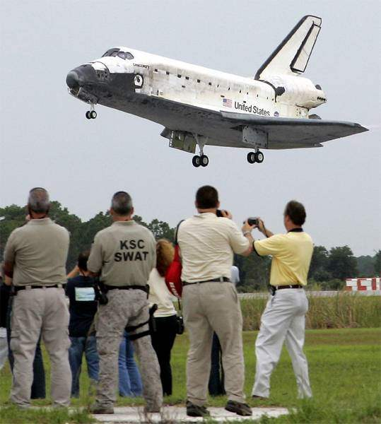 Shuttle-Discovery-returns-home-2