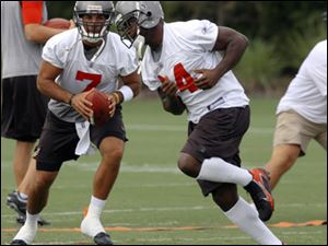 Bruce Gradkowski gets ready to hand off to Cadillac Williams during a Tampa Bay Buccaneers practice last week.
