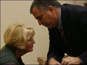 Tom Noe talks with his sister, Beth June, during a break in testimony.