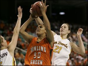 BGSU s Amber Flynn (50) has her shot blocked by Arizona State s Kayli Murphy (21) as Aubree Johnson helps to defend.