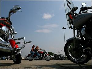 "Motorcyclists arrive in Sandusky, Ohio, Friday, June 1, 2007, for Ohio Bike Week, a 10-day motorcycle rally based at the Erie County Fairgrounds.  Many of the bikers started in this parking lot behind the Roeder Harley Davidson dealership which held a ""Kick Start Party"" to open the bike rally. (AP Photo/The Plain Dealer, Chris Stephens) **  MANDATORY CREDIT **"