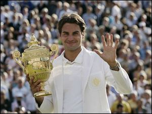 Roger Federer gives a fi ve sign for his fifth straight Wimbledon title, matching Bjorn Borg s streak from 1976-80.