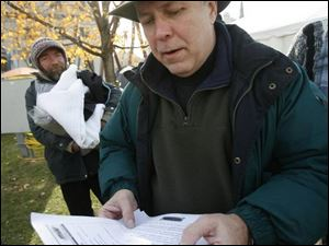 At a 2006 event, Ken Leslie, center, helped a group of homeless people, including James Jozwiak, left, obtain birth certifi cates.