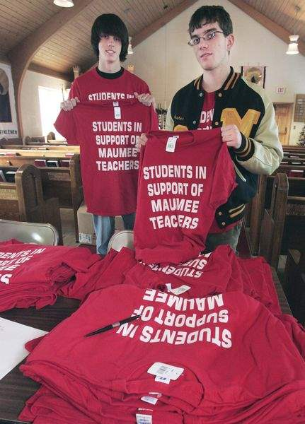 Students-T-shirts-to-support-Maumee-teachers-2