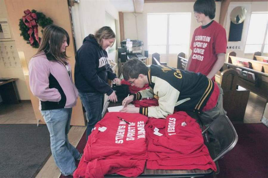 Students-T-shirts-to-support-Maumee-teachers