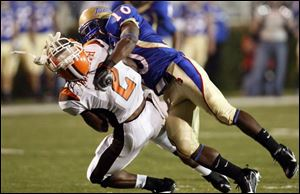 Bowling Green punt retuner Antonio Smith has his helmet knocked off after a big hit by Tulsa s Roy Roberts.