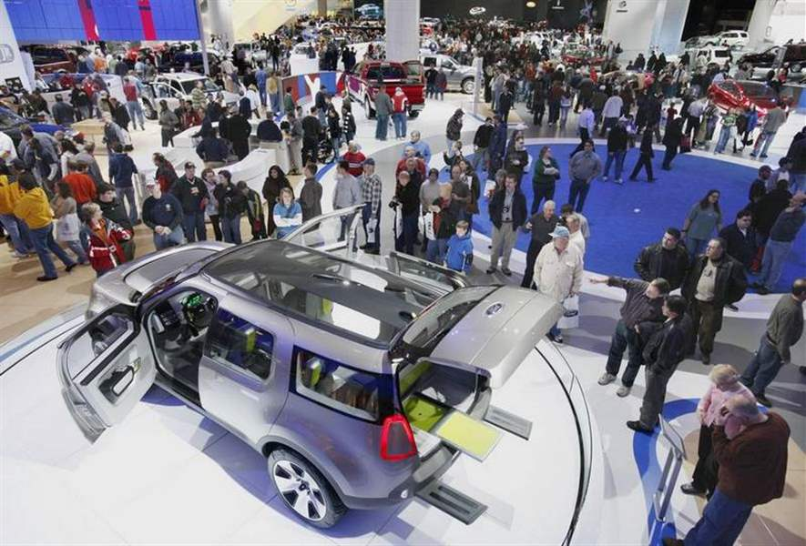 Thousands-of-fans-at-opening-of-auto-show-2
