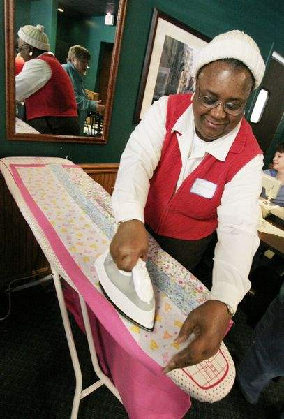 VOLUNTEERS-BLANKET-A-WORKSPACE-WITH-QUILTS-FOR-A-GOOD-CAUSE-3
