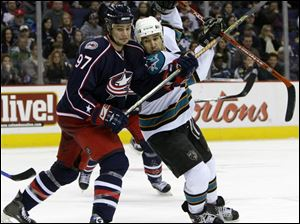 Columbus' Rostislav Klesia, left, battles San Jose's Jonathan Cheechoo for position in front of the Blue Jackets' goal.