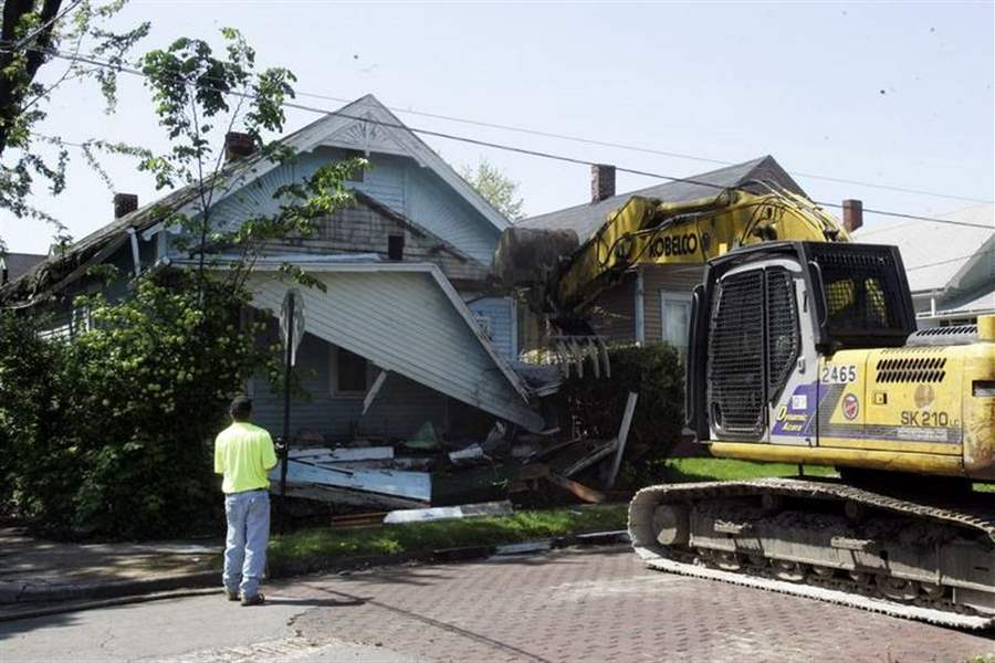 Trash-filled-Toledo-house-torn-down