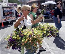Toledo-Farmers-Market-s-Flower-Day-blooms-with-crowds