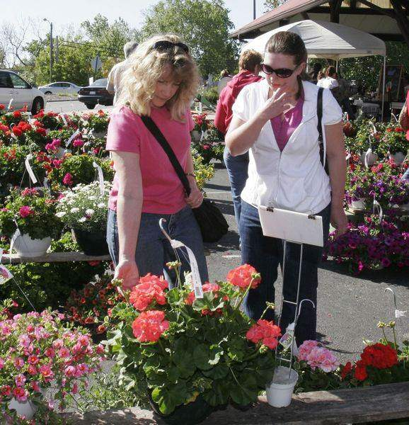 Toledo-Farmers-Market-s-Flower-Day-blooms-with-crowds-3