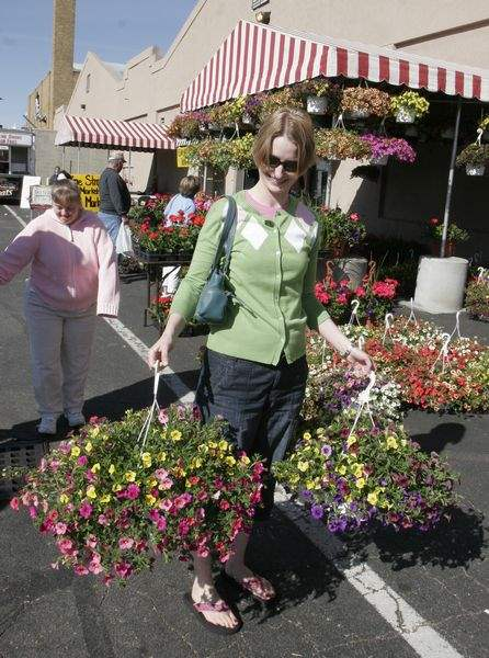 Toledo-Farmers-Market-s-Flower-Day-blooms-with-crowds-4
