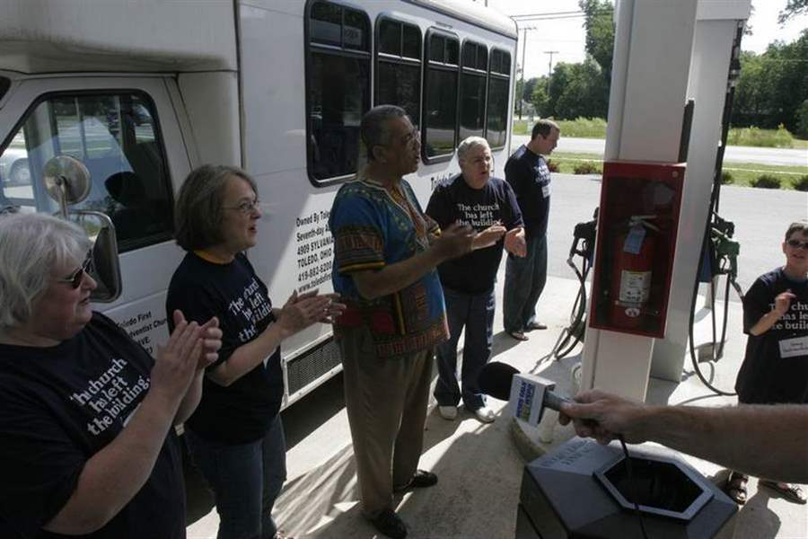 Small-group-is-fueled-by-faith-to-pray-for-lower-gas-prices