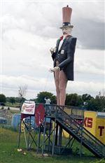 3-giant-Uncle-Sam-statues-still-stand-up-for-something