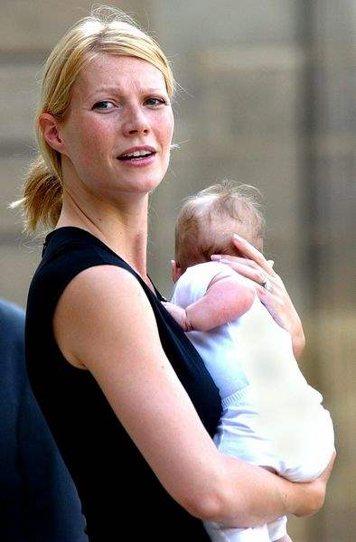 U-S-actress-Gwyneth-Paltrow-holds-her-baby-Apple-upon-her-arrival-at-the-Elysee-Palace