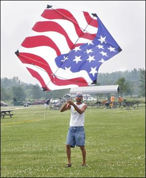 nbrekites24p  7/19/2008  blade photo by herral long   Dan Salsbury  of  Rga mich    with flag kite    maumee bay kite flyers meeting at maumee bay state park