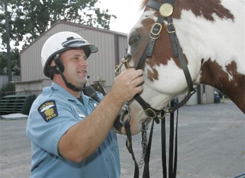 Toledo-police-patrol-city-streets-on-specially-trained-horses