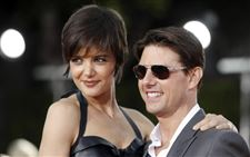 Applause-for-Katie-Husband-Tom-Cruise-others-like-what-they-see-in-All-My-Sons