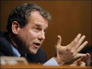 Sen. Sherrod Brown says Congress should pass legislation giving aid to the auto industry. He is joined by Sen. George Voinovich and Rep. Marcy Kaptur in supporting the assistance.