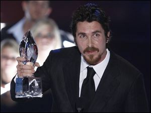 Christian Bale paid tribute to  The Dark Knight  co-star Heath Ledger at the People s Choice Awards.