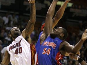 Detroit s Jason Maxiell (54) battles Miami s Udonis Haslem for the ball. The Heat beat Detroit, dealing the Pistons lost their seventh straight defeat.