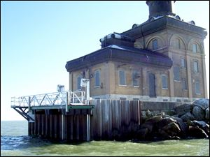 Lake Erie pirates stole the Toledo Lighthouse boat lift, dock and ramp apparently for scrap aluminum.