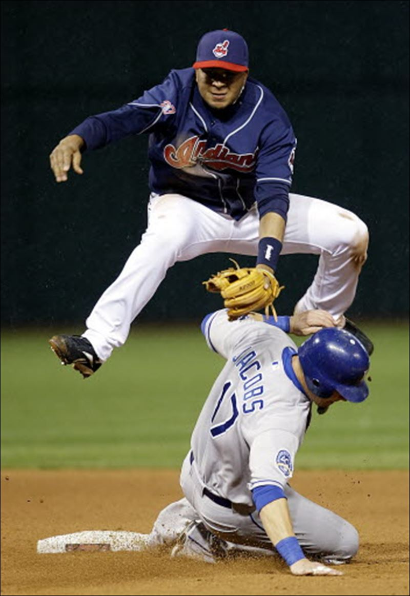 Sizemore-double-play-balls-lead-Indians-
