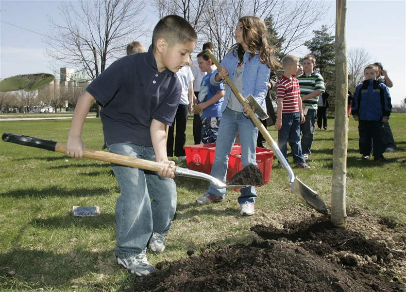 Celebrating-Arbor-Day-at-Woodland-Park-in-Perrysburg