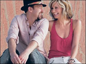 Kristian Bush and Jennifer Nettles of Sugarland perform Thursday night.