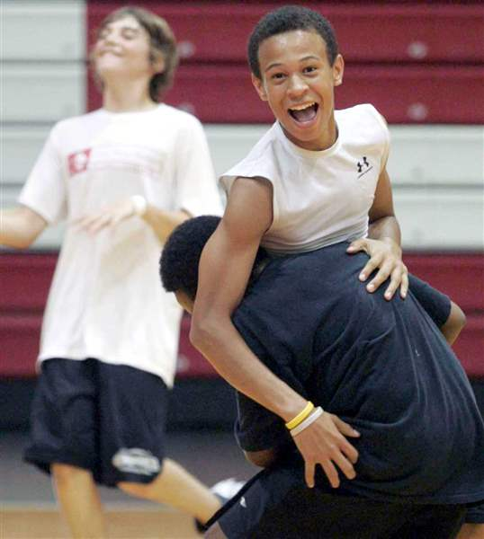 Laughter-and-learning-with-Jimmy-Jackson-at-basketball-camp-3